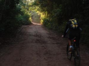 Barba pedalando: ainda cedo, o início tranquilo no estradão de terra batida...