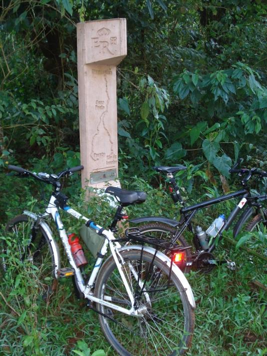 O caminho é sinalizado com os postes do circuito turístico Estrada Real