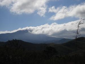 ... recompensados por uma bela vista. Ao fundo, encoberta pelas nuvens, a Serra da Piedade. Nosso objetivo final.