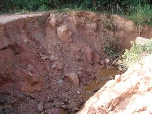 o inesperado fim da linha: a estrada acaba nessa cratera