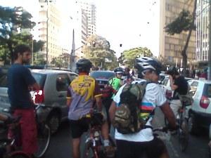 Em meio aos carros na Av. Afonso Pena: hipercentro de BH