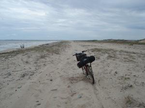 Na Praia do Arrombado, com maré cheia e areia fofa: o jeito foi empurrar