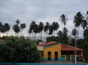 Vista da varanda da pousada, na pequena e bela Cajueiro