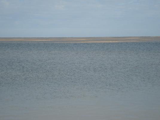 Areia e mar se misturam no horizonte