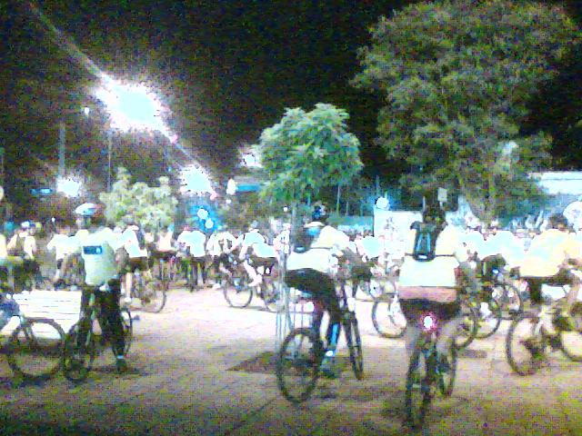 Ciclistas do Le Velo no seu passeio noturno das quartas-feiras