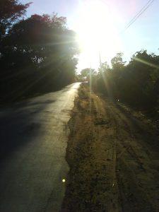 Entre Confins e Tavares - o sol matinal acompanhando o caminho.